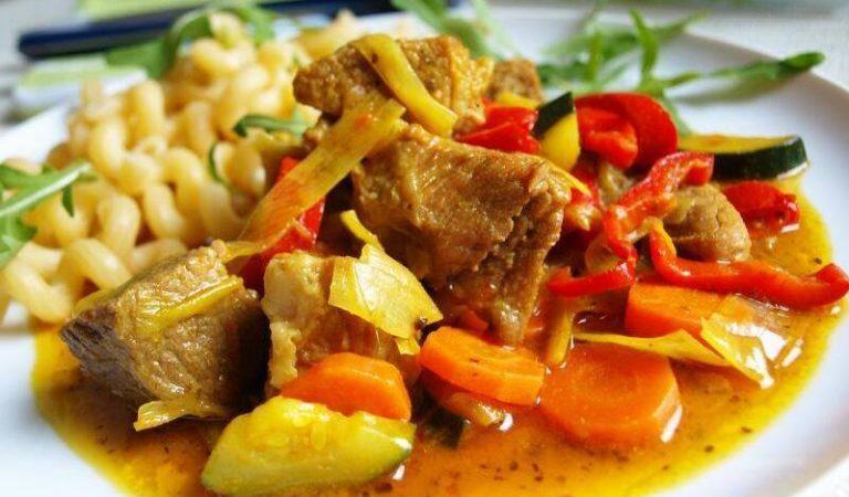 Vepřové kostky na kari a restované zelenině